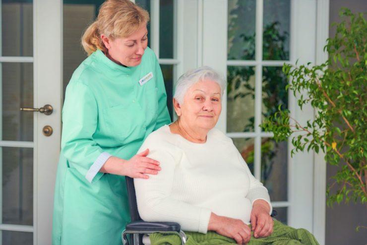 Сиделка для пациента с деменцией
