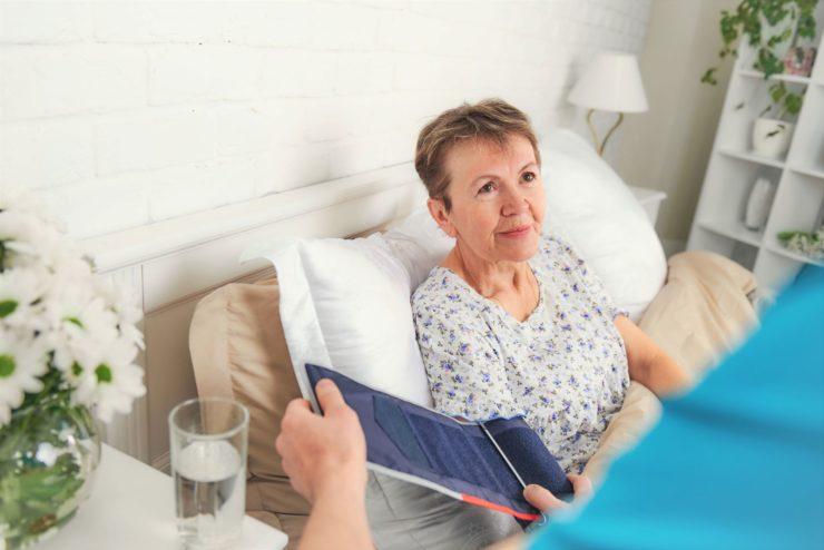 Сиделка для пожилой женщины